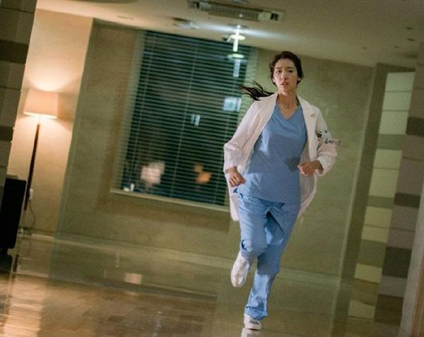 """""""Doctors"""": Park Shin Hye bị kẻ lạ tấn công bất thình lình tại bệnh viện - Ảnh 2."""