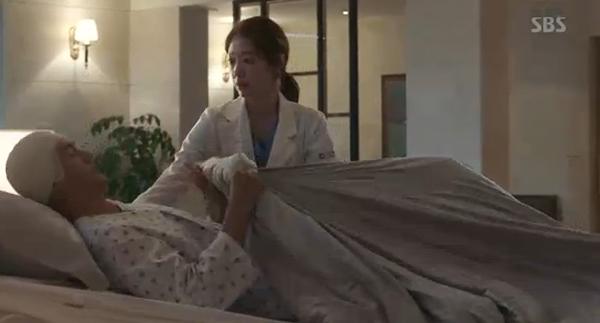 """""""Doctors"""": Park Shin Hye bị kẻ lạ tấn công bất thình lình tại bệnh viện - Ảnh 3."""