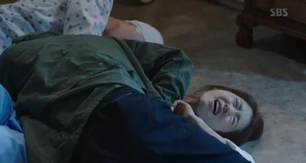"""""""Doctors"""": Park Shin Hye bị kẻ lạ tấn công bất thình lình tại bệnh viện - Ảnh 7."""