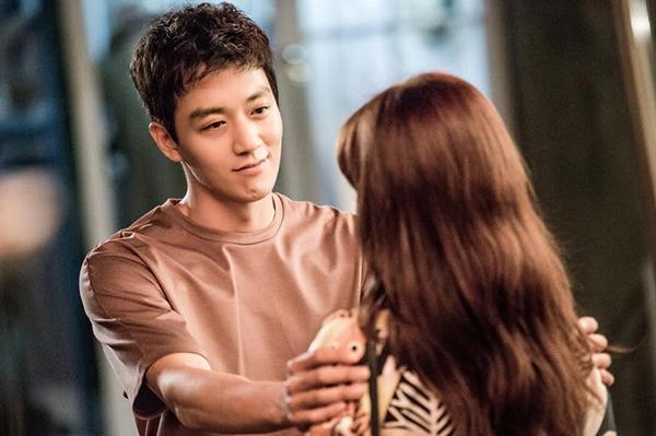 """""""Doctors"""": Park Shin Hye bị kẻ lạ tấn công bất thình lình tại bệnh viện - Ảnh 11."""