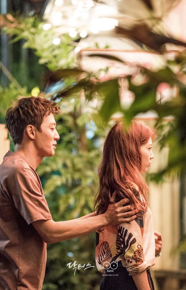 """""""Doctors"""": Park Shin Hye bị kẻ lạ tấn công bất thình lình tại bệnh viện - Ảnh 13."""