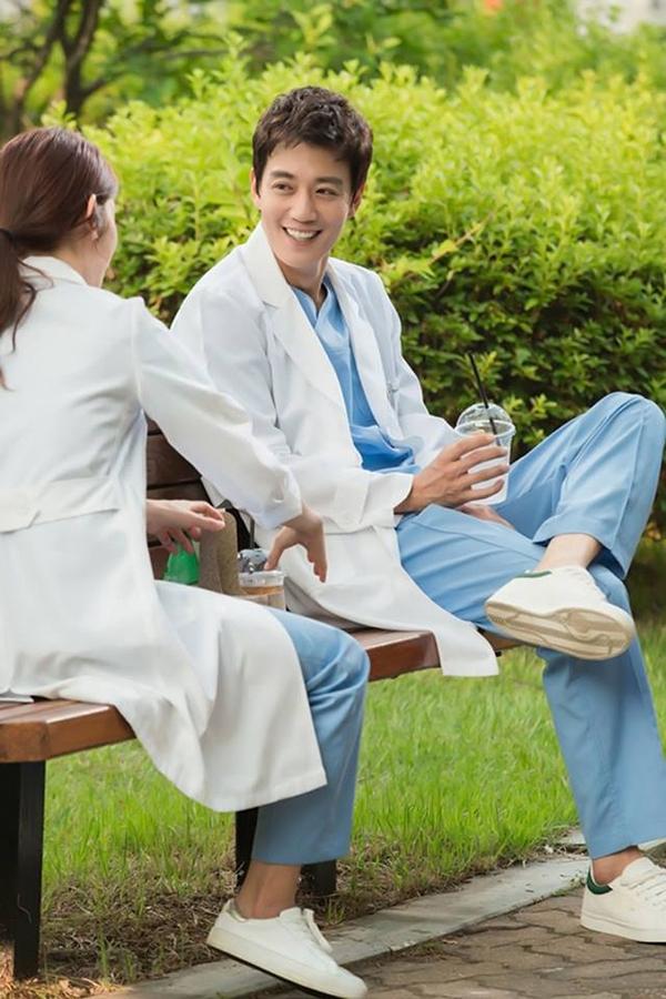 """""""Doctors"""": Park Shin Hye bị kẻ lạ tấn công bất thình lình tại bệnh viện - Ảnh 15."""