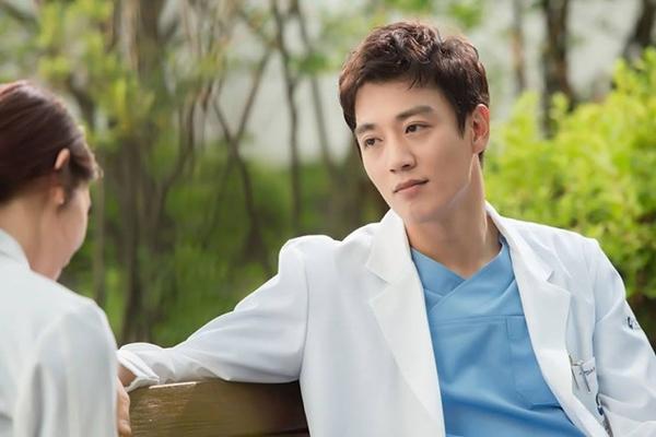 """""""Doctors"""": Park Shin Hye bị kẻ lạ tấn công bất thình lình tại bệnh viện - Ảnh 16."""