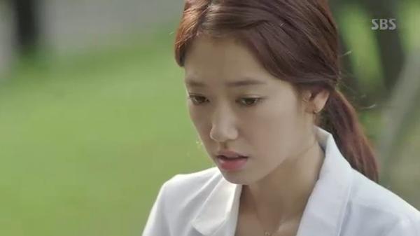 """""""Doctors"""": Park Shin Hye bị kẻ lạ tấn công bất thình lình tại bệnh viện - Ảnh 17."""