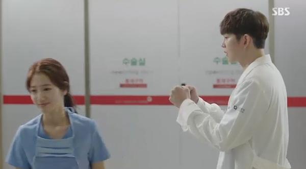 """""""Doctors"""": Park Shin Hye bị kẻ lạ tấn công bất thình lình tại bệnh viện - Ảnh 26."""