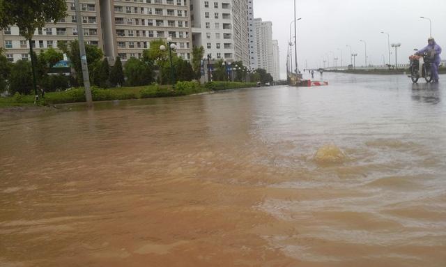 Sau cơn mưa kéo dài 1 giờ đồng hồ, trưa 5/7, khu chung cư HH2 Dương Nội trở thành ốc đảo. Ảnh: H.Phương