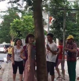 Hành động lạ của thiếu nữ đi xe SH bên gốc cây gây tranh cãi - Ảnh 1