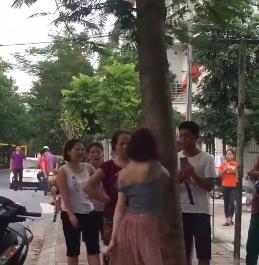 Hành động lạ của thiếu nữ đi xe SH bên gốc cây gây tranh cãi - Ảnh 2
