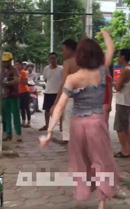 Hành động lạ của thiếu nữ đi xe SH bên gốc cây gây tranh cãi - Ảnh 3