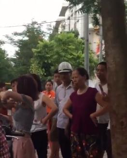 Hành động lạ của thiếu nữ đi xe SH bên gốc cây gây tranh cãi - Ảnh 4