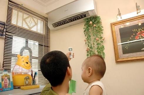 Không chỉ người lớn mà cả trẻ em đã bị liệt mặt, méo miệng, thậm chí đột quỵ, tử vong vì dùng máy lạnh trong nhà và ôtô sai cách.