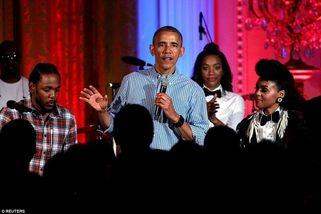 Obama khiến con gái lớn bối rối khi hát mừng sinh nhật cô bé bằng giọng hát... lệch tông - Ảnh 1.
