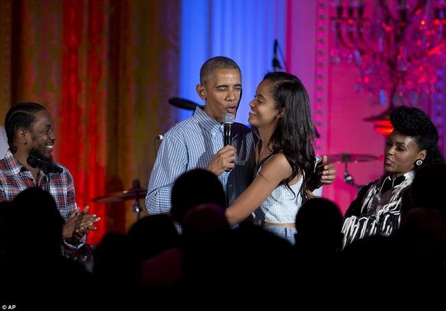 Obama khiến con gái lớn bối rối khi hát mừng sinh nhật cô bé bằng giọng hát... lệch tông - Ảnh 5.