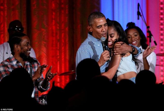 Obama khiến con gái lớn bối rối khi hát mừng sinh nhật cô bé bằng giọng hát... lệch tông - Ảnh 6.