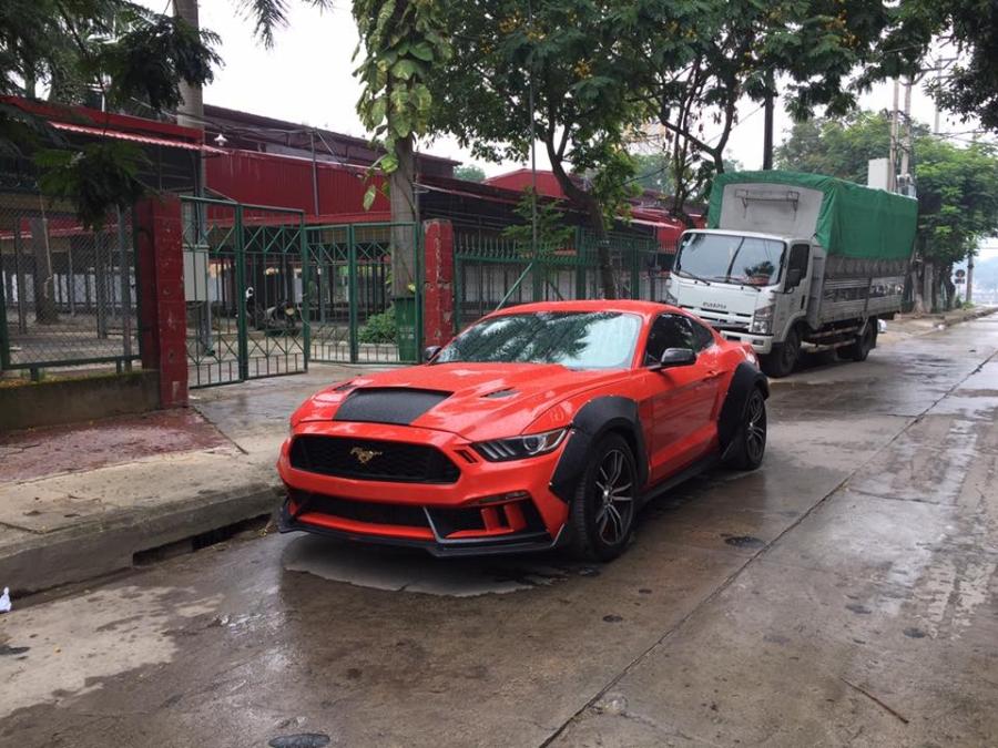 Sau khi tay chơi này bỏ ra số tiền 250 triệu Đồng, chiếc xe thể thao trở nên cá tính và được xem như chiếc Mustang 2015 độ độc nhất Việt Nam.