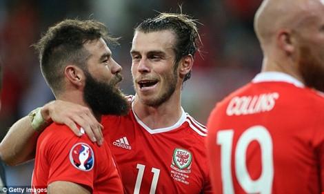 Gareth Bale chúc mừng Joe Ledley
