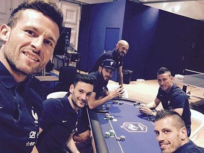 Cầu thủ Pháp... chơi bài chờ