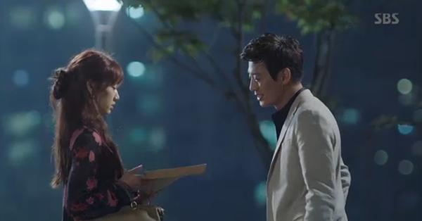 Doctors: Tức cảnh sinh tình, Kim Rae Won khóa môi Park Shin Hye dưới mưa - Ảnh 1.
