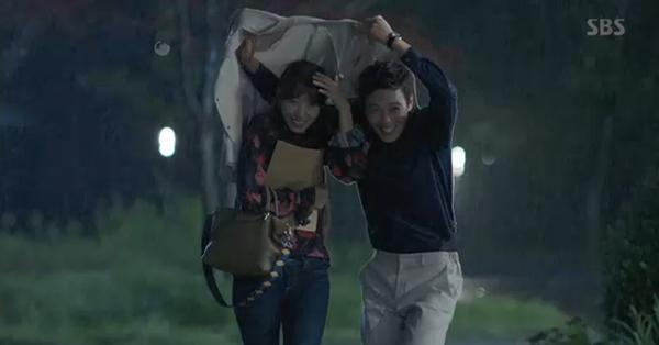Doctors: Tức cảnh sinh tình, Kim Rae Won khóa môi Park Shin Hye dưới mưa - Ảnh 2.