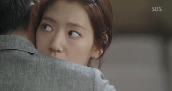 Doctors: Tức cảnh sinh tình, Kim Rae Won khóa môi Park Shin Hye dưới mưa - Ảnh 15.