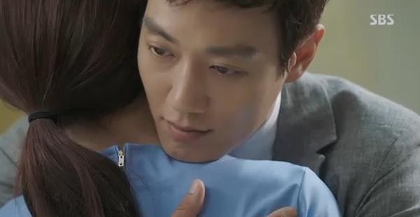 Doctors: Tức cảnh sinh tình, Kim Rae Won khóa môi Park Shin Hye dưới mưa - Ảnh 16.
