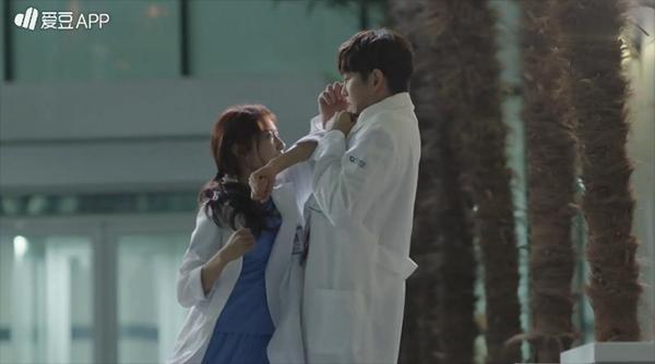 Doctors: Tức cảnh sinh tình, Kim Rae Won khóa môi Park Shin Hye dưới mưa - Ảnh 20.