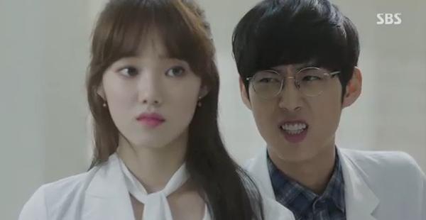 Doctors: Tức cảnh sinh tình, Kim Rae Won khóa môi Park Shin Hye dưới mưa - Ảnh 24.