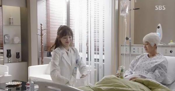 Doctors: Tức cảnh sinh tình, Kim Rae Won khóa môi Park Shin Hye dưới mưa - Ảnh 29.
