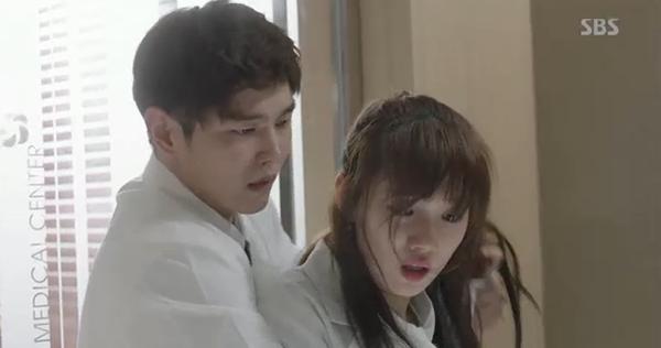 Doctors: Tức cảnh sinh tình, Kim Rae Won khóa môi Park Shin Hye dưới mưa - Ảnh 30.