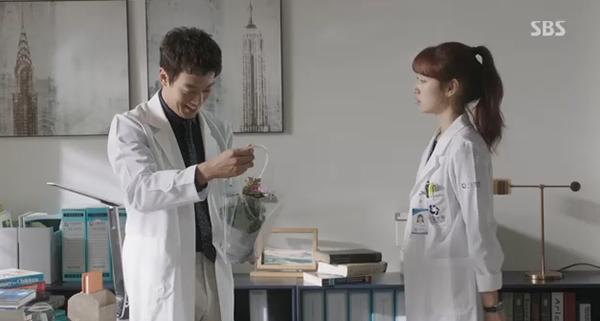 Doctors: Tức cảnh sinh tình, Kim Rae Won khóa môi Park Shin Hye dưới mưa - Ảnh 33.