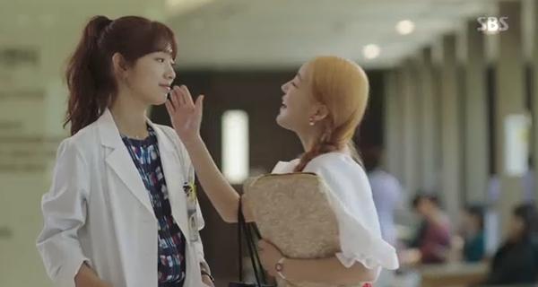 Doctors: Tức cảnh sinh tình, Kim Rae Won khóa môi Park Shin Hye dưới mưa - Ảnh 40.