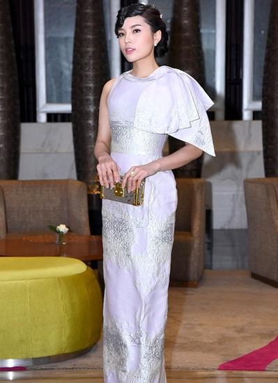 Kỳ Duyên gây chú ý tại họp báo Hoa hậu Việt Nam khi xuất hiện trễ và diện trang phục khá già so với tuổi.