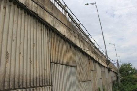 Lộ nhiều vật lạ giữa các lớp bê tông ở cầu vượt đường sắt - ảnh 1