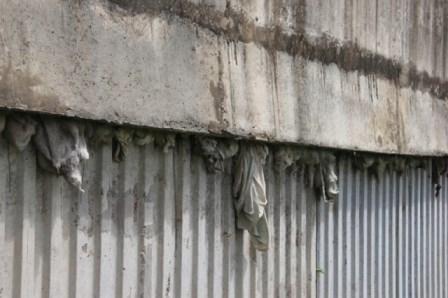 Lộ nhiều vật lạ giữa các lớp bê tông ở cầu vượt đường sắt - ảnh 3