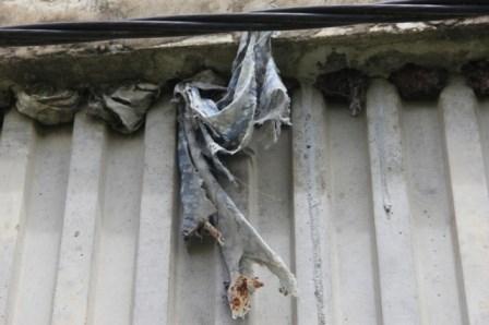 Lộ nhiều vật lạ giữa các lớp bê tông ở cầu vượt đường sắt - ảnh 6