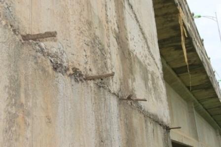 Lộ nhiều vật lạ giữa các lớp bê tông ở cầu vượt đường sắt - ảnh 7