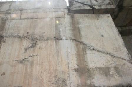Lộ nhiều vật lạ giữa các lớp bê tông ở cầu vượt đường sắt - ảnh 8