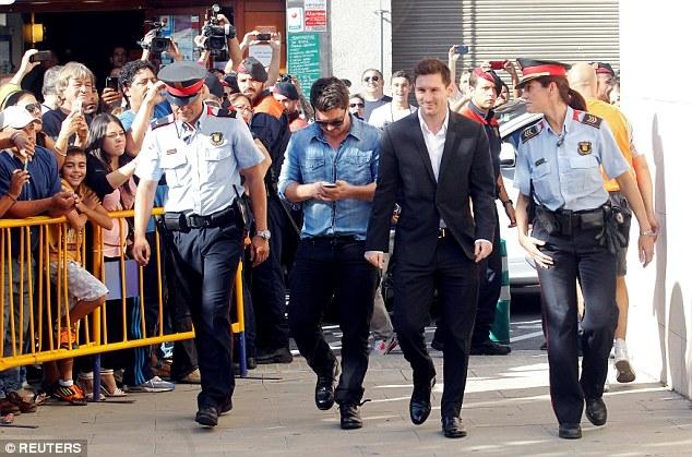Messi nhận án tù 21 tháng, Barcelona nói gì? - Ảnh 2.