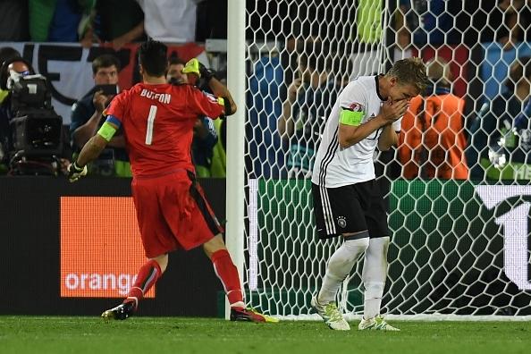 Quyết định cực dị trước loạt sút penalty khiến trọng tài tròn mắt của Bastian Schweinsteiger - Ảnh 3.
