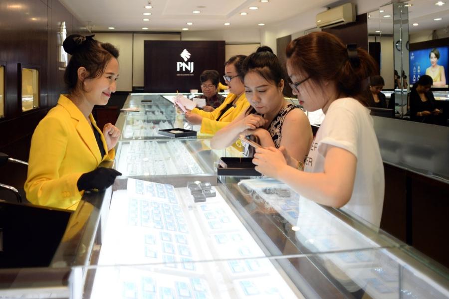 Giá vàng trong nước phụ thuộc rất nhiều với giá vàng thế giới. Ảnh: Nguyễn Quang