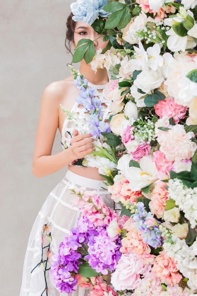 Thuy Van kieu diem voi 4 bo dam hoa tiet hoa hinh anh 4