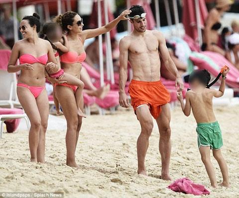 Bỏ mặc tương lai, Van Persie cùng gia đình đang nghỉ mát tại Mexico