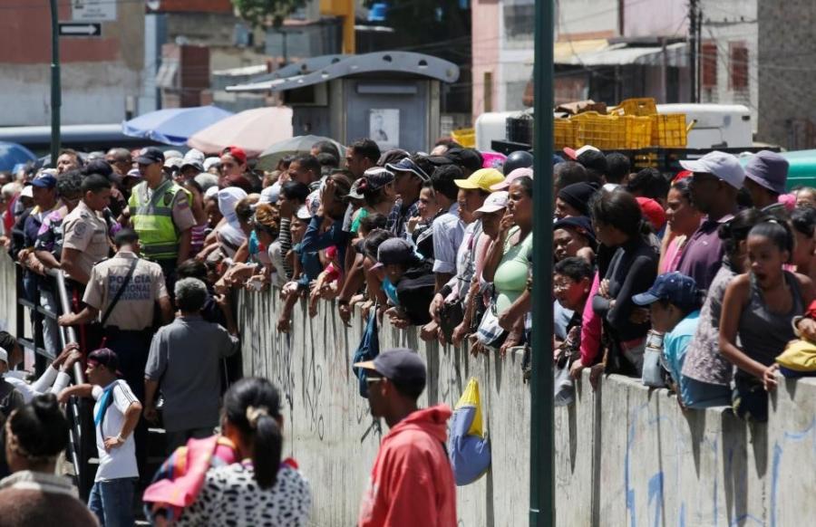 Venezuela: Sieu thi trong, giay ve sinh gia 30 USD mot cuon hinh anh 5