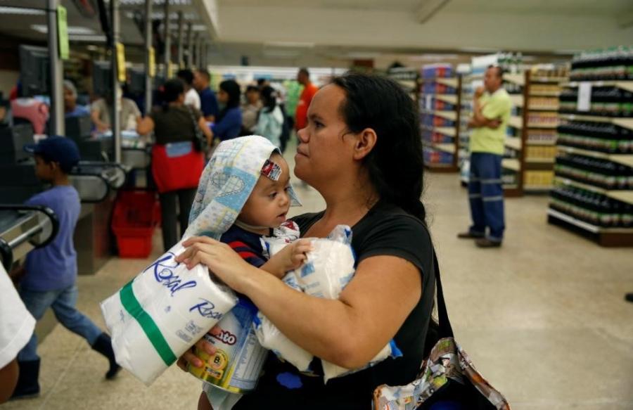 Venezuela: Sieu thi trong, giay ve sinh gia 30 USD mot cuon hinh anh 6
