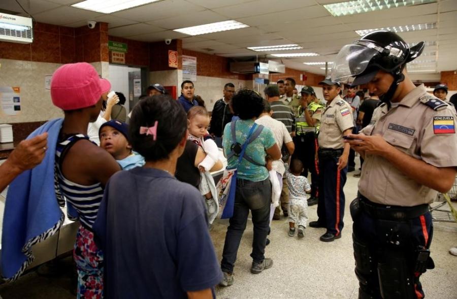 Venezuela: Sieu thi trong, giay ve sinh gia 30 USD mot cuon hinh anh 12