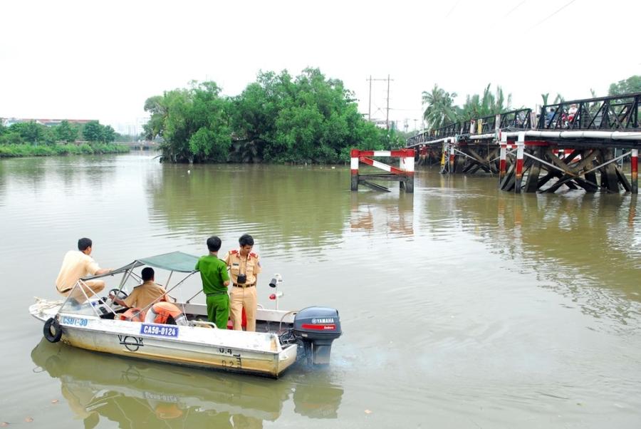 Cảnh sát giao thông đường thủy túc trực để điều tiết phương tiện qua khu vực