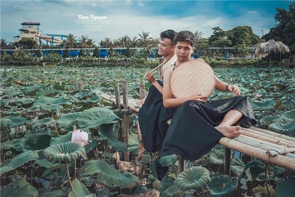 Bộ ảnh hoa sen độc và điên của hai chàng trai gây bão mạng