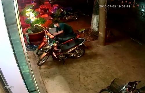 Clip: Thanh niên 'to gan' dám bẻ khóa trộm xe ngay trước tiệm cầm đồ - Ảnh 1