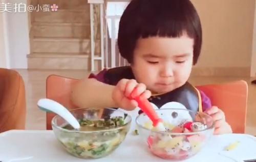 Cô bé 2 tuổi tự xúc hai bát tô thức ăn thu hút 100 ngàn lượt thích - Ảnh 1