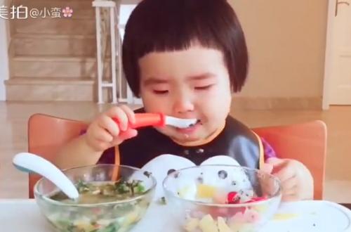 Cô bé 2 tuổi tự xúc hai bát tô thức ăn thu hút 100 ngàn lượt thích - Ảnh 2